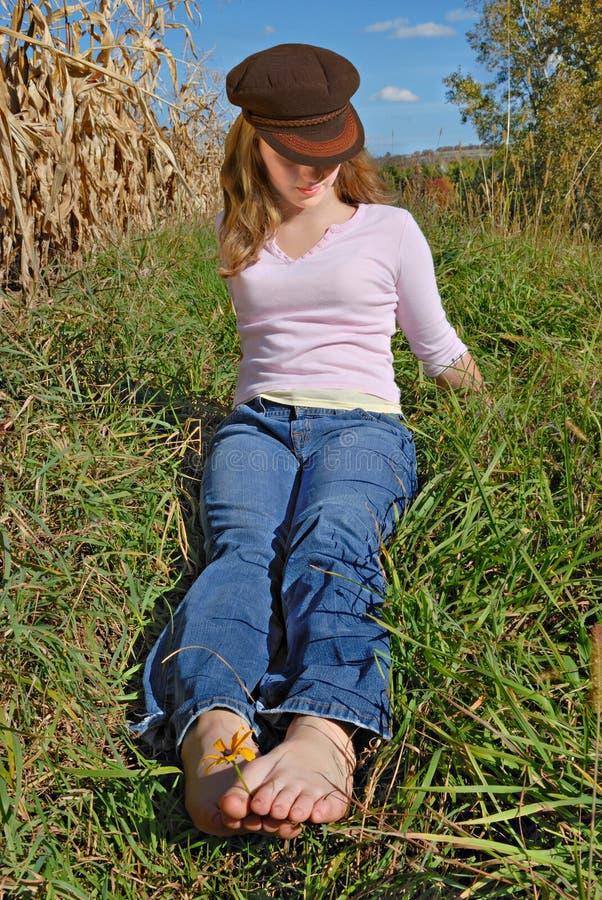 Mädchen, das auf dem Gebiet stillsteht stockfotos