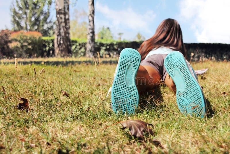 Mädchen, das auf dem Gras liegt lizenzfreies stockbild