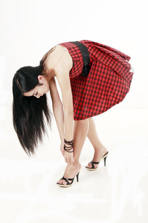 Mädchen, das auf den neuen Schuhen versucht.