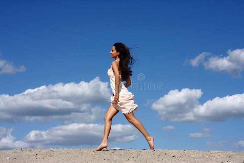 Mädchen, das auf den Strand läuft stockfoto