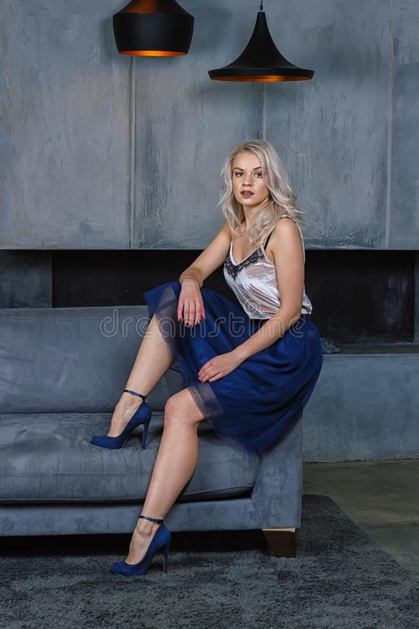 Mädchen, das auf der Couch sitzt stockbilder