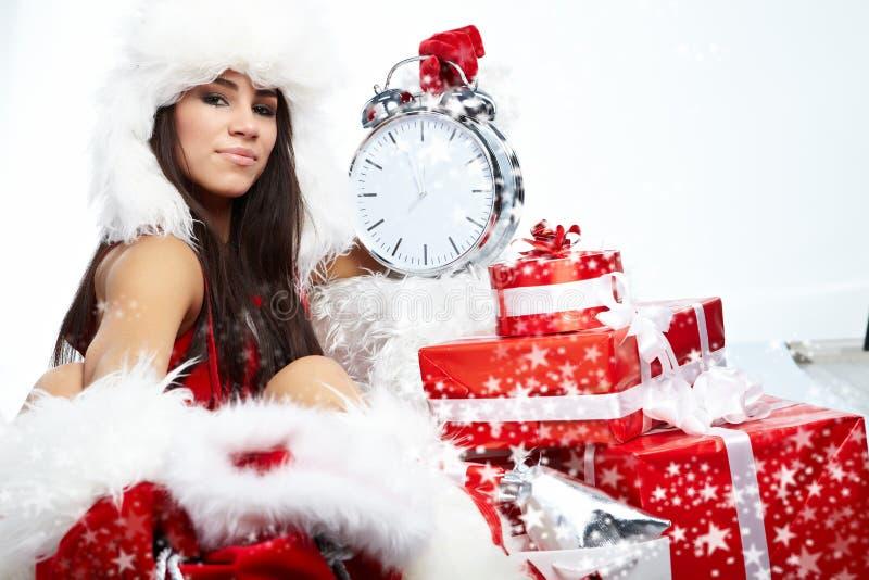 Mädchen, das auf die Borduhr zeigt fünf Minuten auf MI zeigt lizenzfreie stockbilder