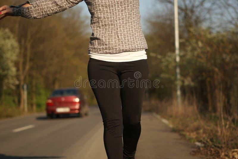 Mädchen, das auf die Straße geht lizenzfreies stockfoto
