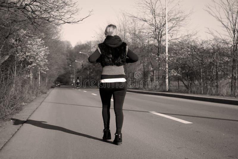 Mädchen, das auf die Straße geht lizenzfreies stockbild