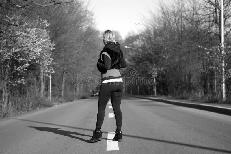 Mädchen, das auf die Straße geht stockbilder
