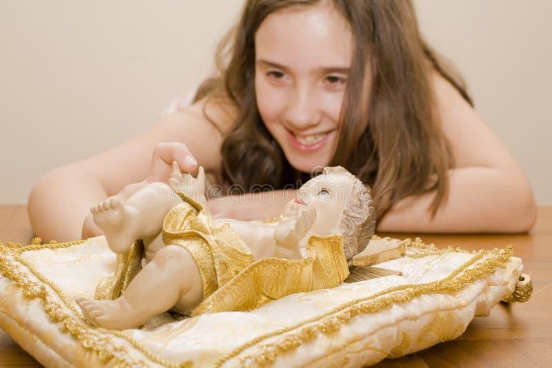 Mädchen, das auf eine Jesus-Statue zeigt lizenzfreies stockfoto
