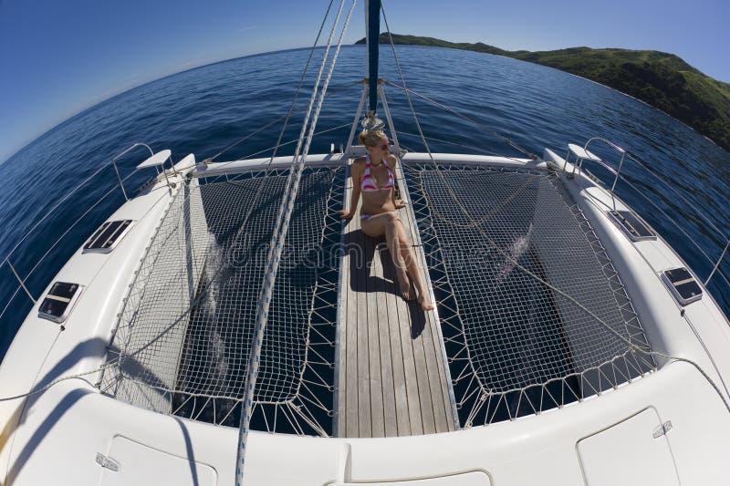 Mädchen, das auf einem Katamaran - South Pacific sich entspannt lizenzfreies stockbild