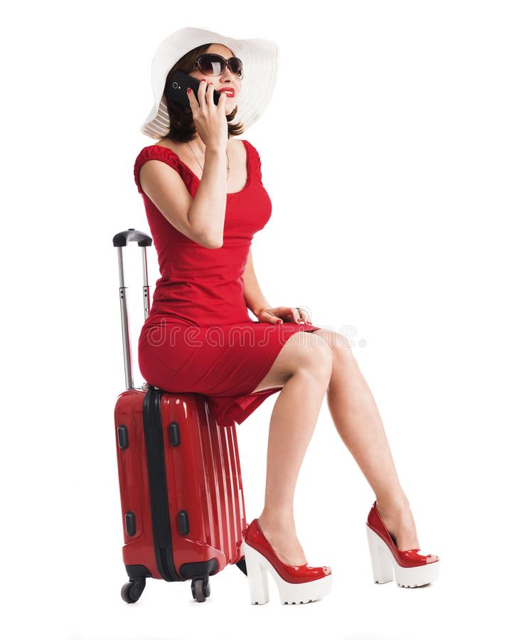 Mädchen, das auf einem Koffer sitzt lizenzfreie stockbilder