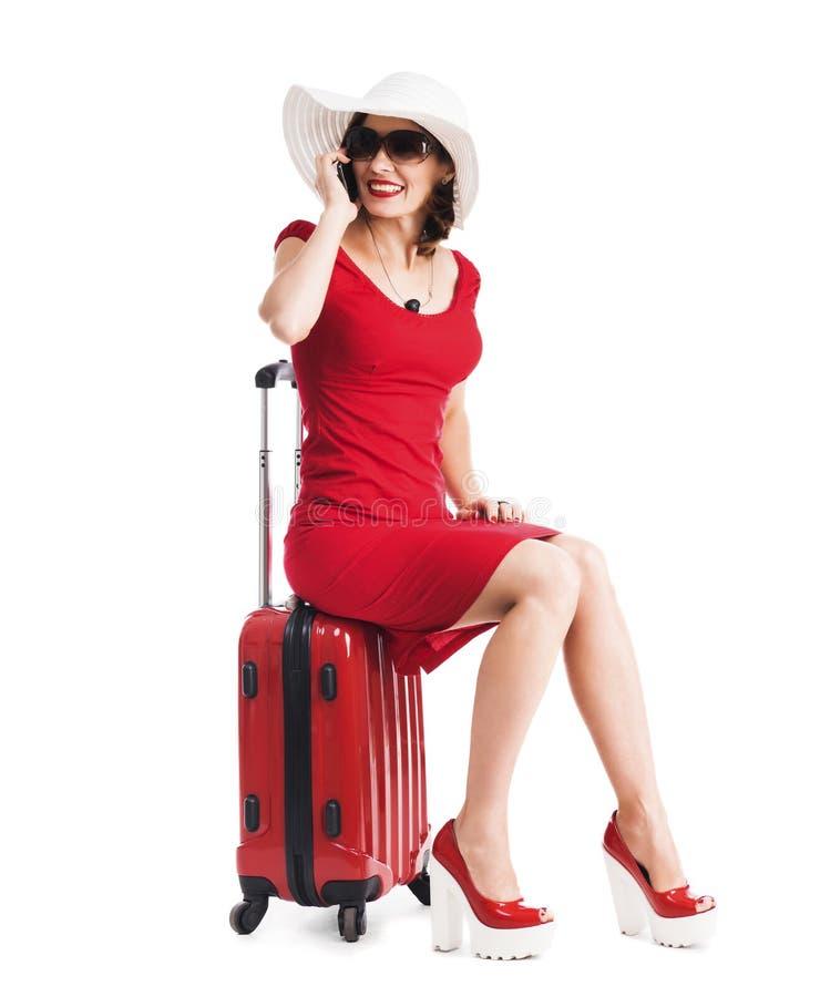 Mädchen, das auf einem Koffer sitzt lizenzfreie stockfotos