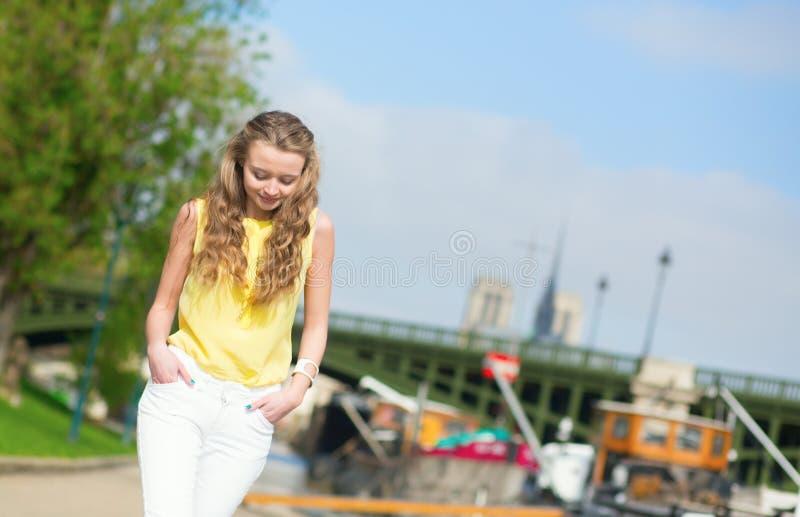 Mädchen, das auf einen Pariser Damm geht lizenzfreies stockbild
