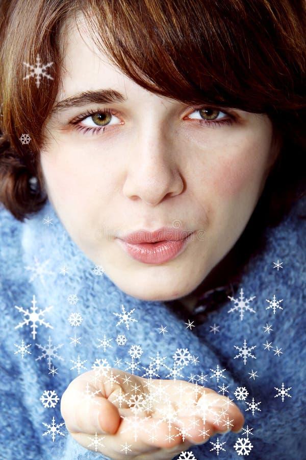 Mädchen, das auf einer Schneeflocke durchbrennt stockfoto