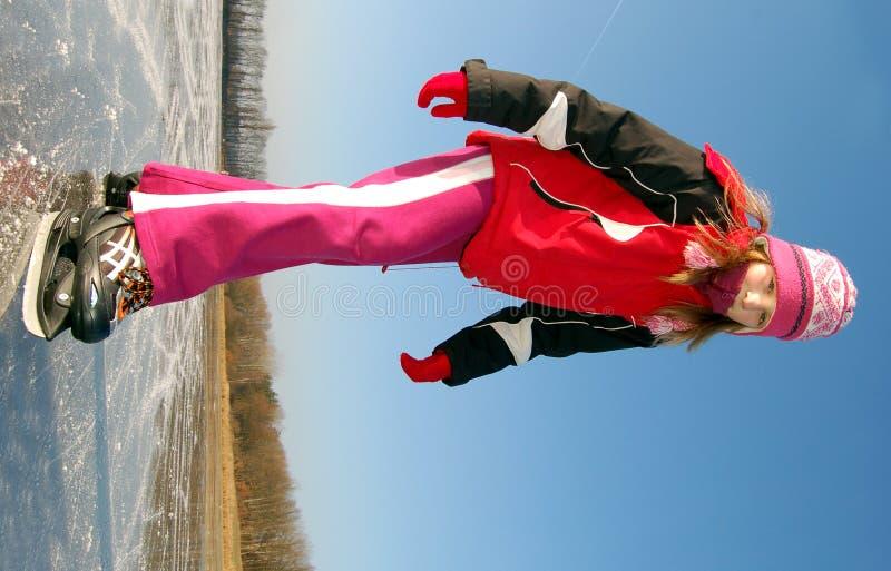 Mädchen, das auf Eis eisläuft lizenzfreies stockfoto