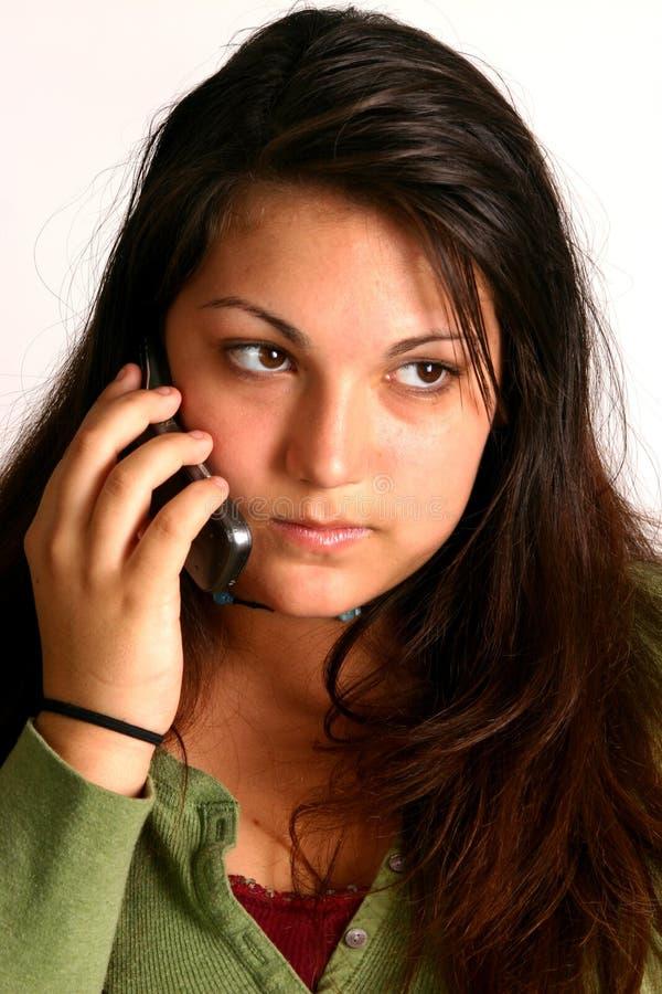 Mädchen, das auf Handy spricht stockfoto