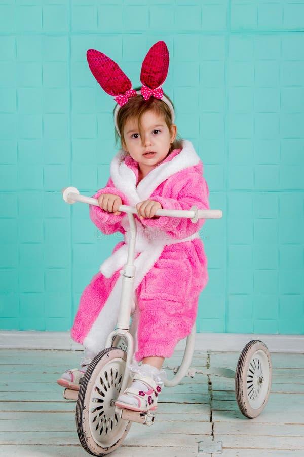 Mädchen, das auf kleinem Fahrrad steht stockbilder