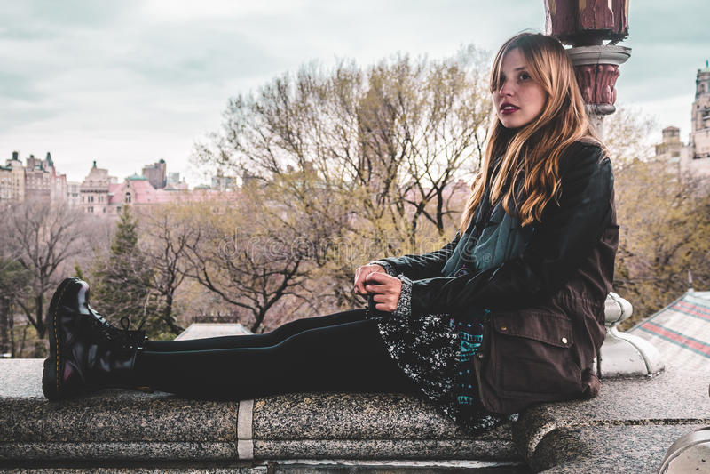 Mädchen, das auf Rand des Belvedere-Schlosses am Central Park in den Mann-Stunden sitzt stockfoto