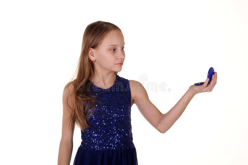 Mädchen, das auf Spiegel schaut lizenzfreie stockfotos
