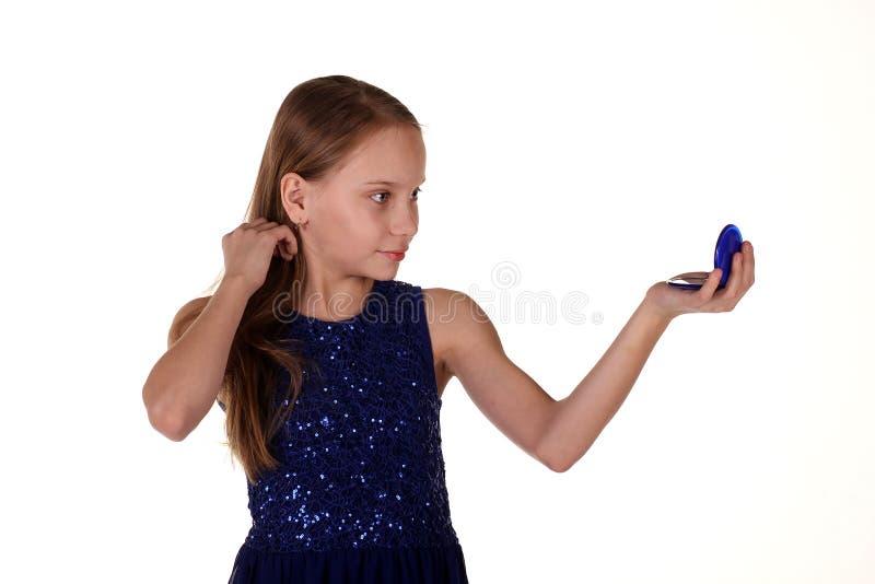 Mädchen, das auf Spiegel schaut stockfotos