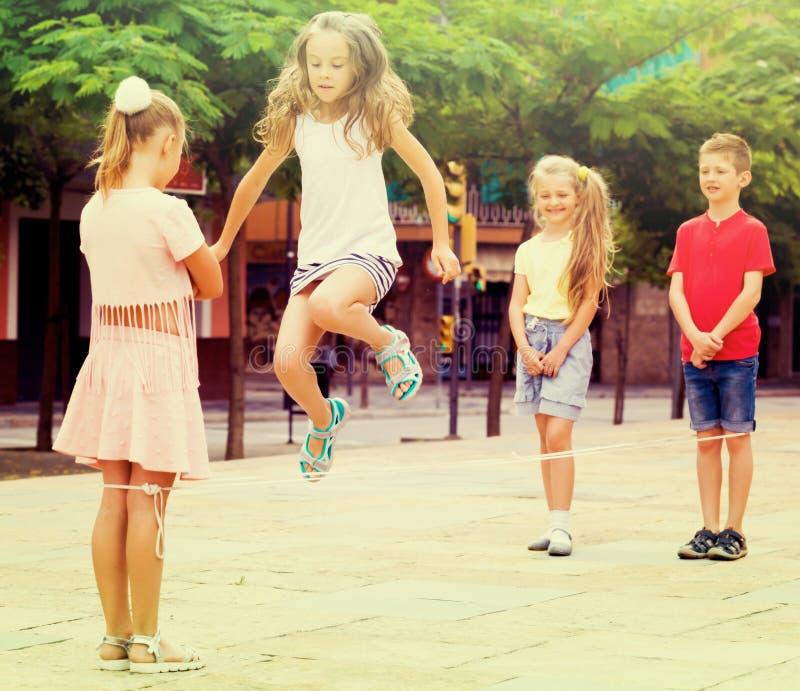Mädchen, das auf springendem Seil überspringt lizenzfreies stockfoto