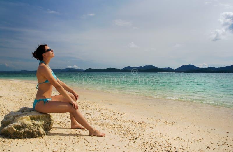 Mädchen, das auf Strand sich entspannt lizenzfreies stockbild