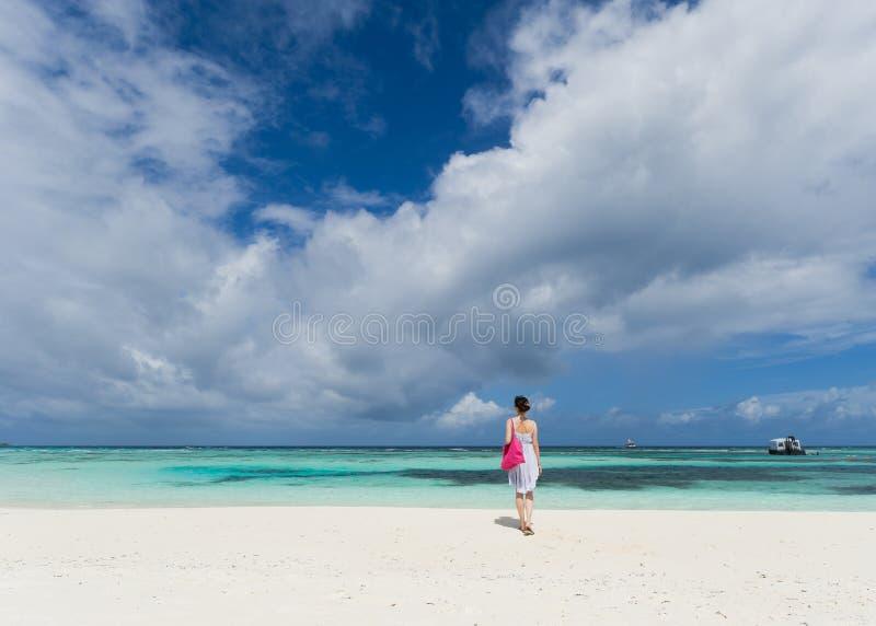 Mädchen, das auf Strand steht stockbild