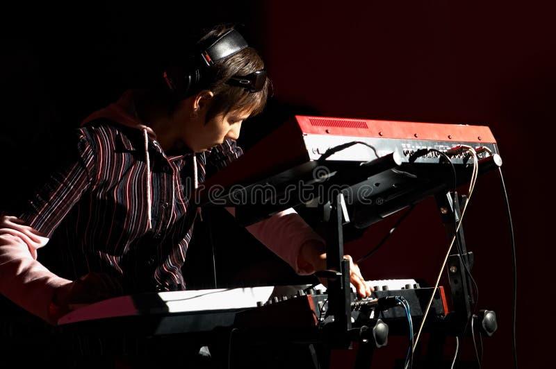 Mädchen, das auf synthesizer spielt lizenzfreies stockfoto