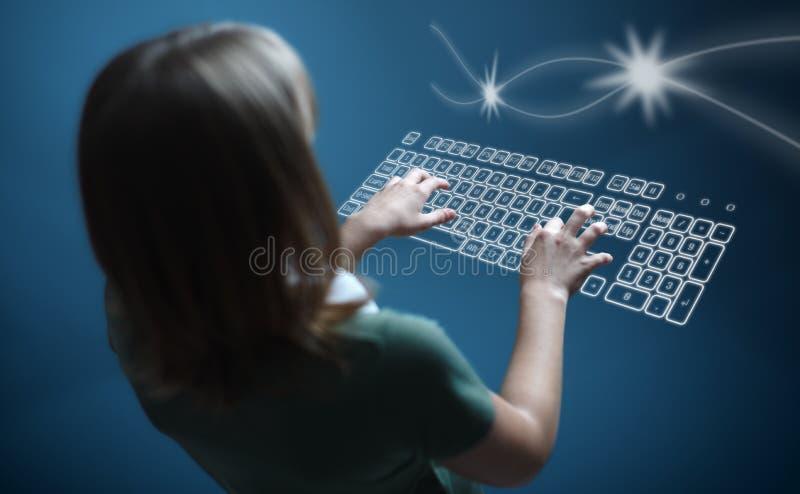 Mädchen, das auf virtueller Tastatur schreibt stockfotografie
