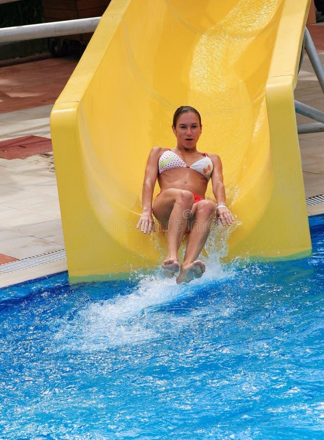 Mädchen, das auf Wasserplättchen schiebt lizenzfreies stockfoto