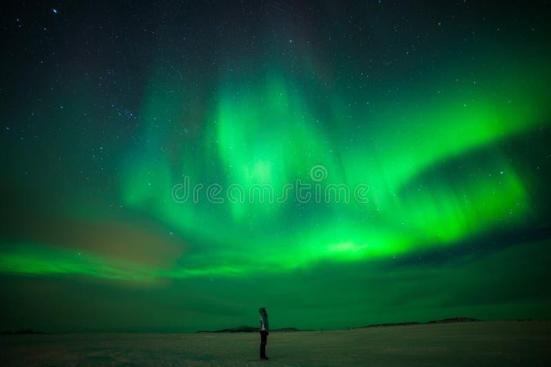 Mädchen, das Aurora Borealis aufpasst stockfoto