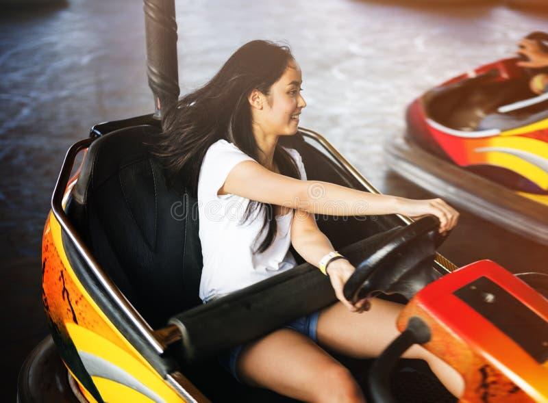 Mädchen, das Autoskooter-Glück-Genuss-Konzept fährt stockfotografie