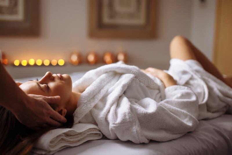Mädchen, das Badekurortgesichtsmassage im luxuriösen Schönheitssalon hat lizenzfreies stockbild