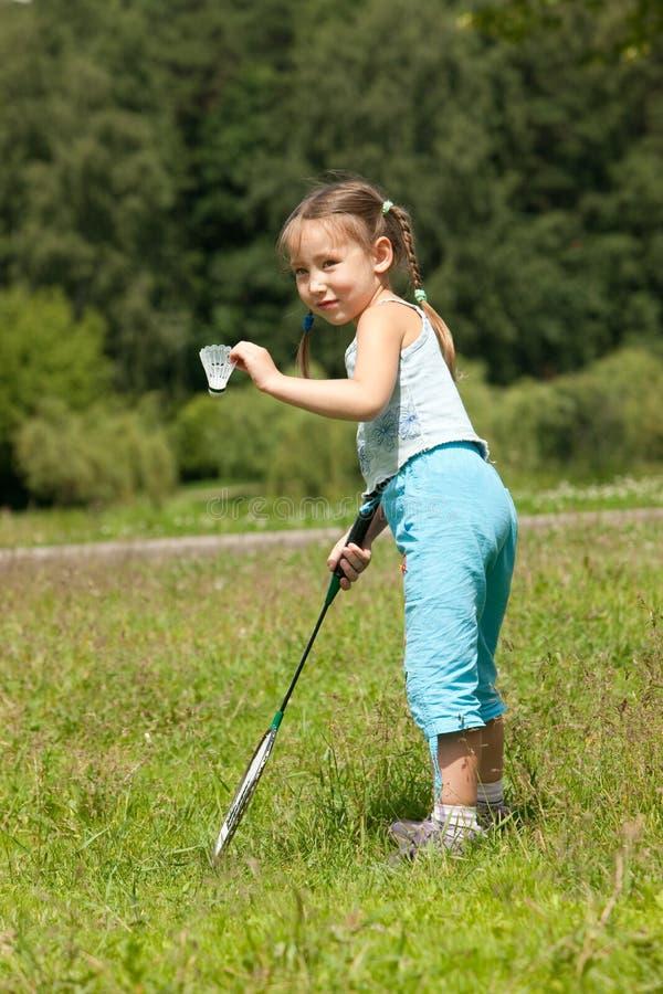 Mädchen, das Badminton spielt lizenzfreie stockfotos
