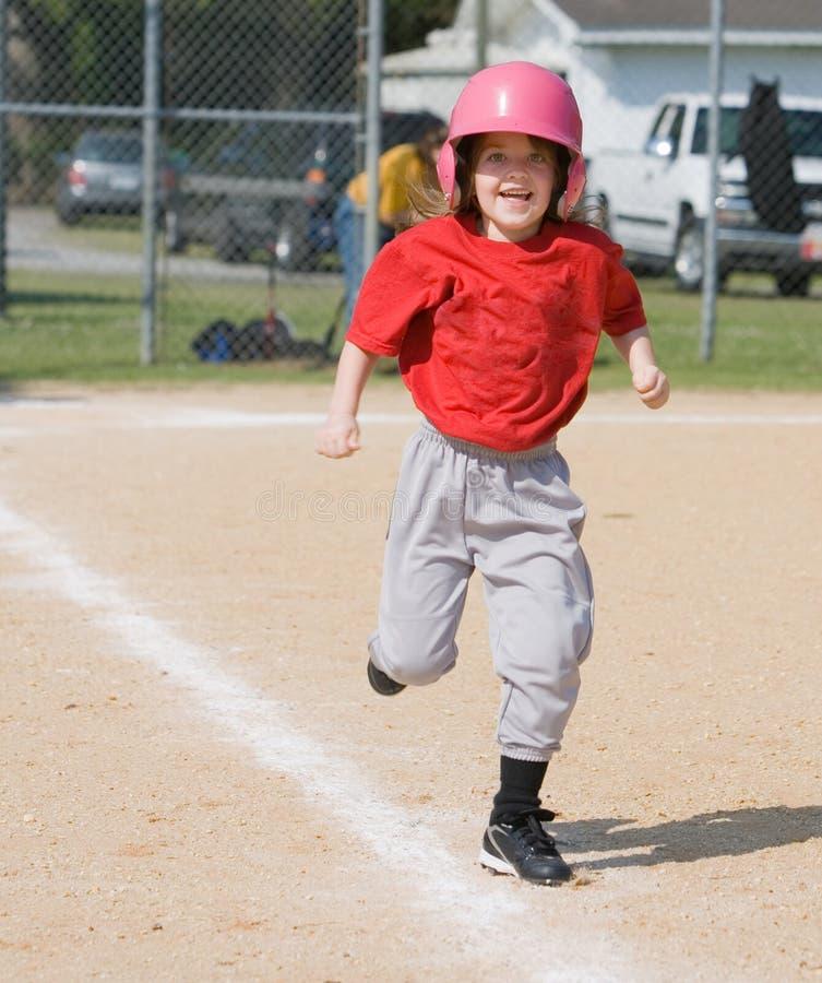 Mädchen, das in Baseball läuft lizenzfreie stockfotos