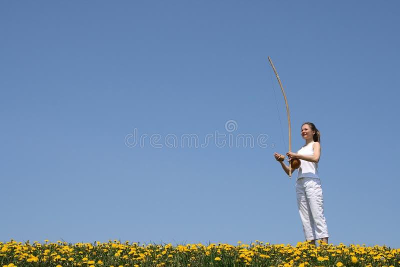 Mädchen, das berimbau spielt lizenzfreies stockfoto