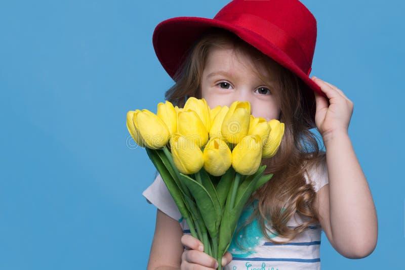Mädchen, das Blumen in ihren Händen hält lizenzfreie stockfotos