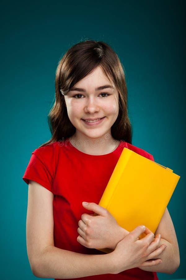 Mädchen, das Buch anhält stockfoto