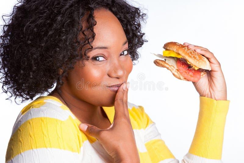 Mädchen, das Burger isst lizenzfreies stockbild