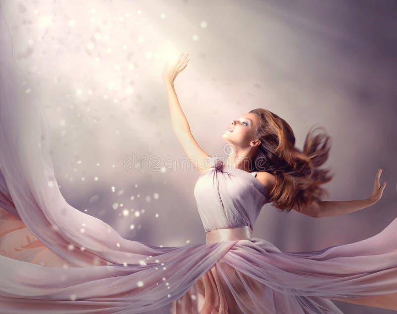 Mädchen, das Chiffon- Kleid trägt stockbild