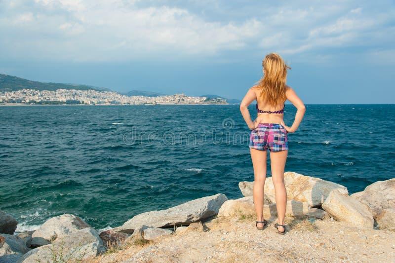 Mädchen, das das Meer untersucht stockbilder