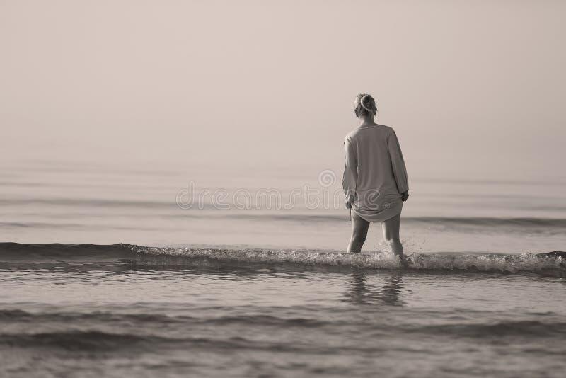 Mädchen, das in das Wasser geht lizenzfreie stockfotografie