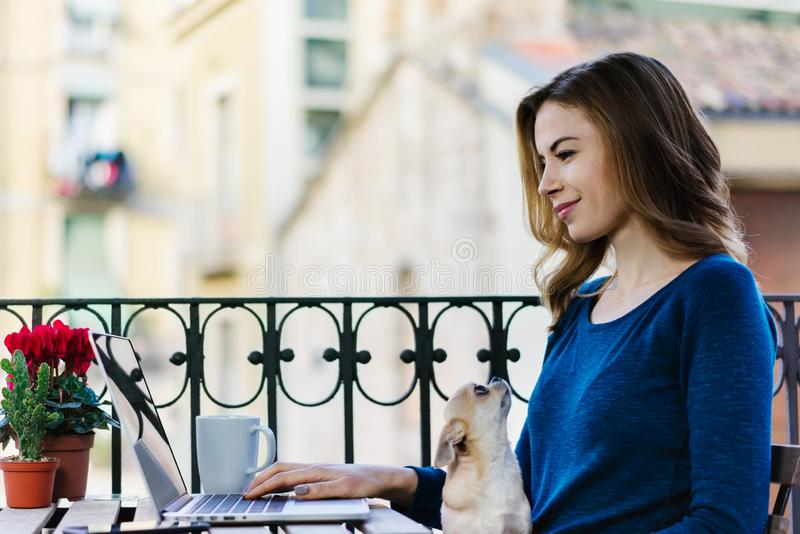 Mädchen, das an dem Balkon arbeitet stockbilder