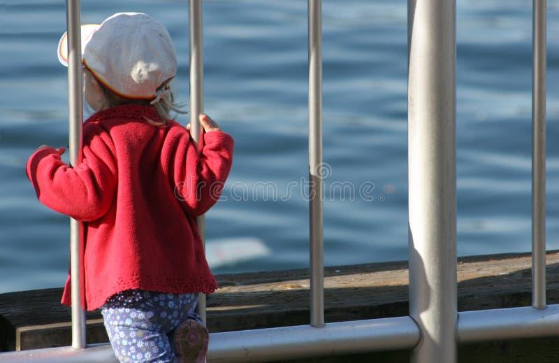 Mädchen, das den Horizont überwacht lizenzfreies stockfoto