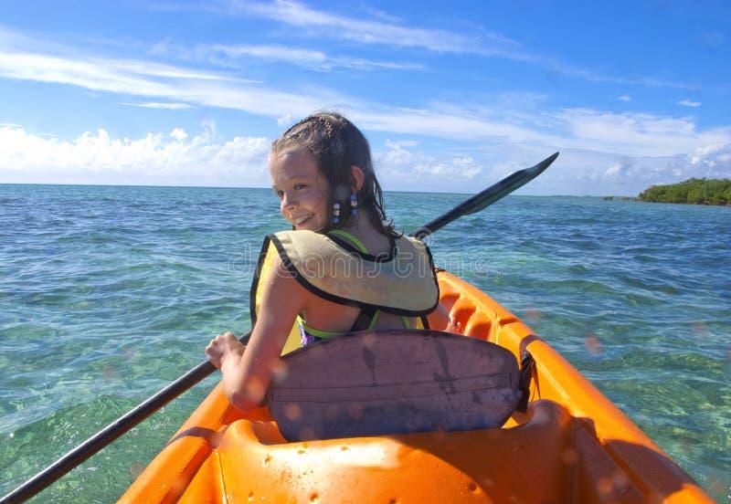Mädchen, das in den Karibischen Meeren kayaking ist lizenzfreie stockfotos