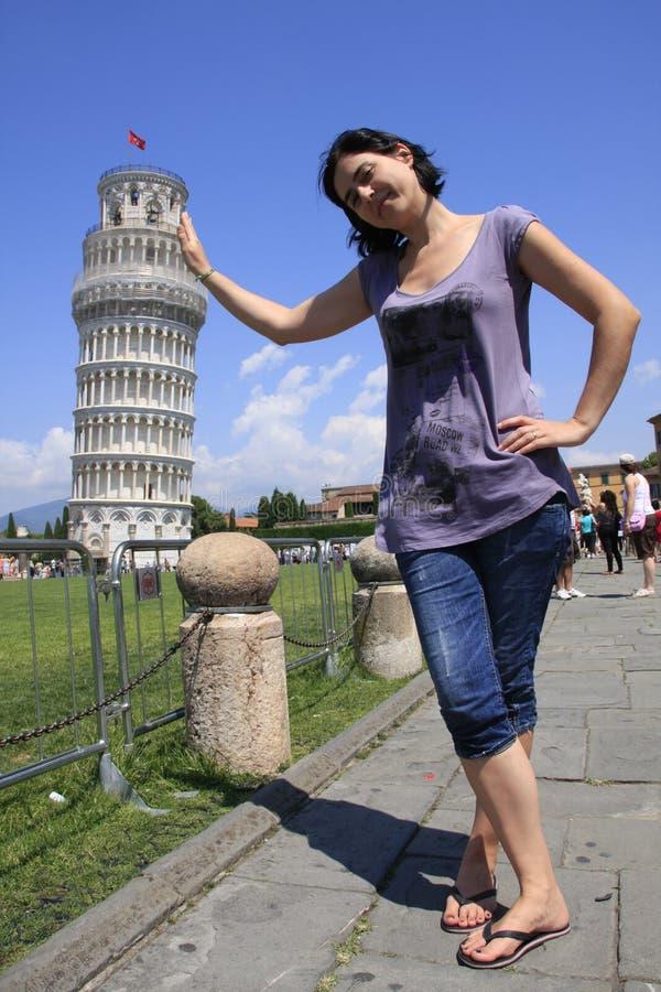Mädchen, das den Kontrollturm von Pisa anhält stockfoto