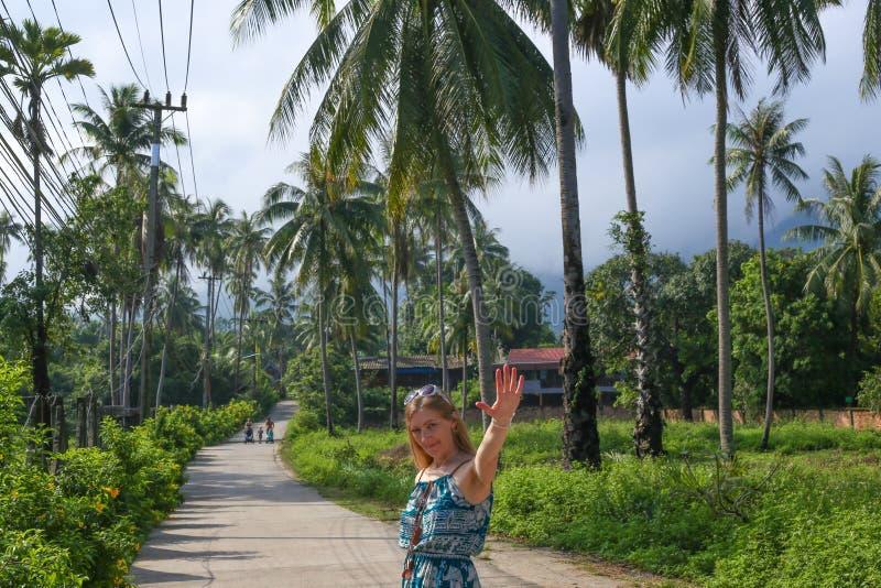 Mädchen, das in den Tropen lächelt lizenzfreies stockbild