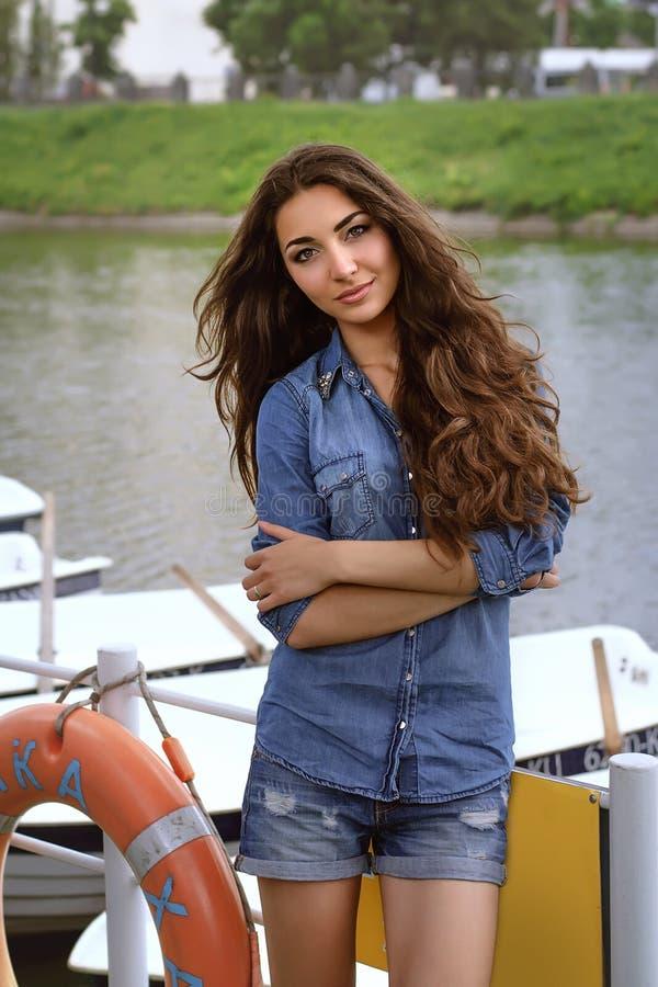 Mädchen, das an der Bootsstation arbeitet lizenzfreie stockfotos