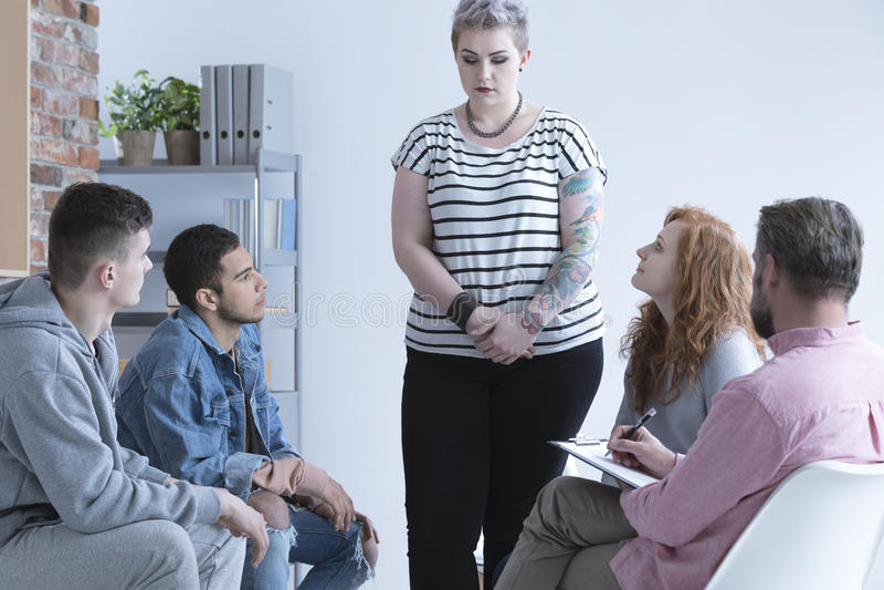 Mädchen, das an der Gruppentherapie bekennt lizenzfreie stockfotos