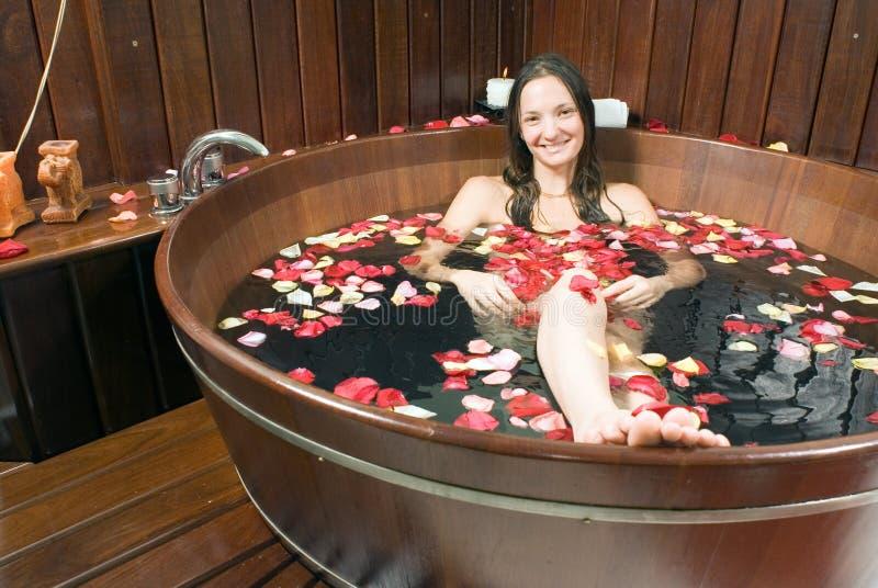 Mädchen, das in der hölzernen Badewanne - horizontal sitzt lizenzfreie stockfotos