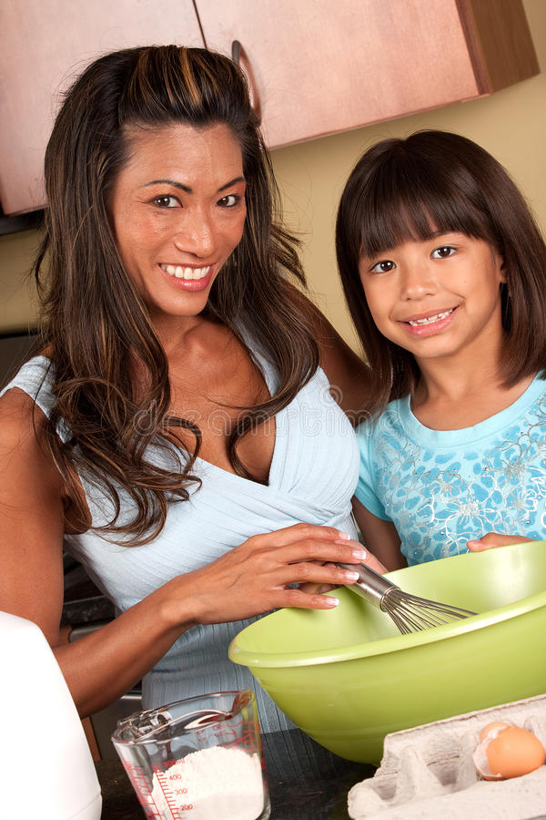 Mädchen, das in der Küche kocht stockfotografie