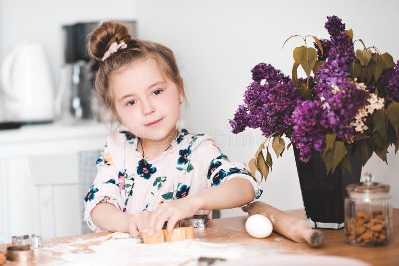 Mädchen, das an der Küche kocht stockfotos