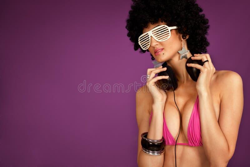 Mädchen, das in der Musik genießt lizenzfreies stockbild